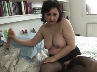 Жена снимает нижнее белье