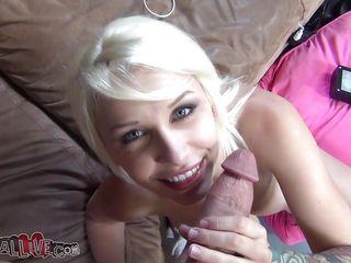 Молоденькая блондинка с негром
