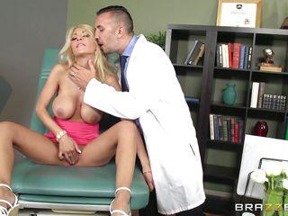 Порно врач дрочит