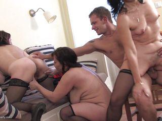 Секс мама дрочит член