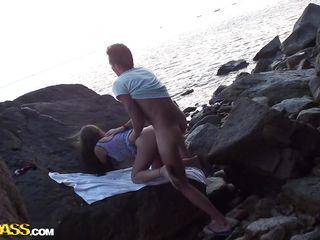 Голые мужчины на пляже