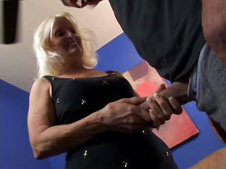сын увидел маму в нижнем белье порно