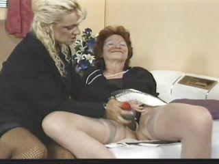 Старая лесбиянка совращает молодую