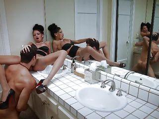 Подглядывание за женщинами в ванной