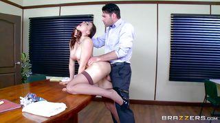 порно дрочка под столом