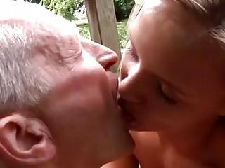 Одна шлюха и много мужиков порно