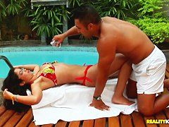 Порно пышки у бассейна