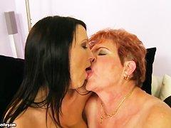 старые с молодыми лесбиянки русские