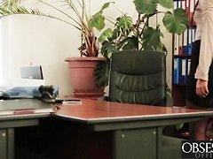 Порно голая бегает по офису и отсасывает