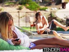 Две сногсшибательные девушки наслаждаются сексом возле бассейна