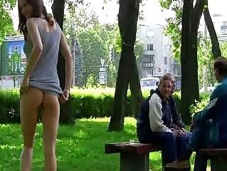 порно жена без трусов на улице
